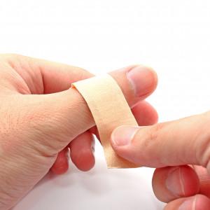 Hojivé krémy, kožní spreje, náplasti... Jak správně aplikovat léčiva na kůži?