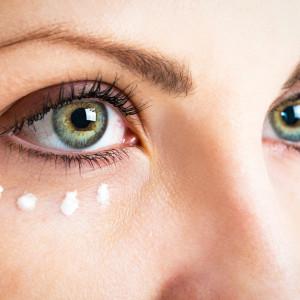 Kosmetika pro oblast kolem očí. S péčí začněte co nejdříve