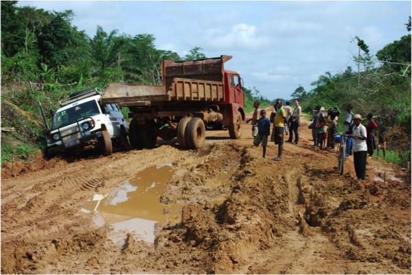 V období dešťů je v tropech svízelná přeprava léků – zde foto z Demokratické Republiky Kongo, z místa nedaleko rovníku. Místní řidiči si však se situací umí výborně poradit.