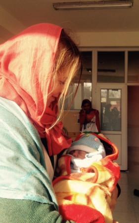 První narozené dítě v porodnici zrehabilitované Lékáři bez hranic. Veliká radost pro afghánskou rodinu, že je to syn...