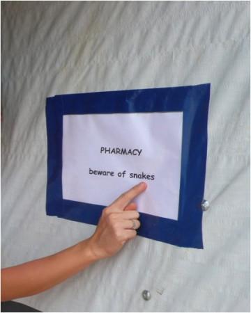 Také skladovací podmínky nejsou vždy bezpečné a optimální. Například plazi ve skladu s infuzemi v polní nemocniční lékárně na Srí Lance.