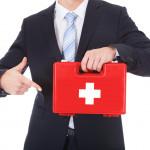 Lékárnička na pracovišti: jak ji vybavit, aby obsahovala všechno, co byste při pracovním úrazu mohli potřebovat
