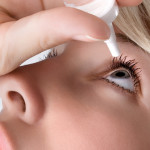 Oční vody, kapky, gely, masti... Jak správně aplikovat přípravky do očí?