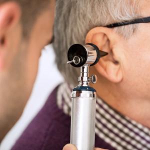 Domácí léčba zánětu středního ucha: Kdy je a kdy není vhodná?
