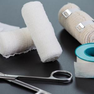 Přehled obvazových materiálů: Obinadla, obvazy, kompresní punčochy, tepovací pásky...