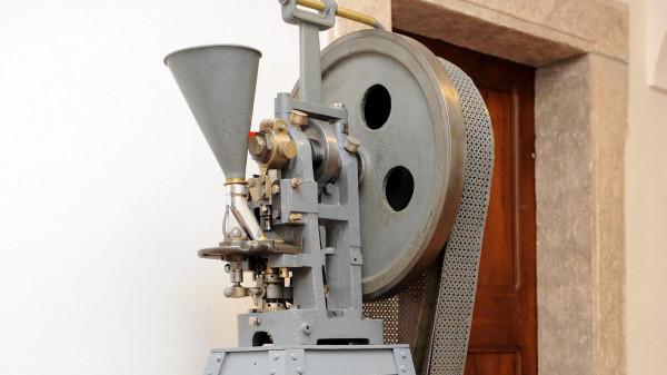 V expozici Z apatyky do fabriky věnované výrobě léků jsou k vidění nejrůznější stroje z období, kdy hromadná produkce ještě nedosahovala dnešního rozsahu.