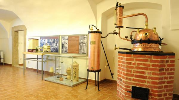 V expozici věnované historii lékáren jsou k zhlédnutí interiéry lékáren z různých období.
